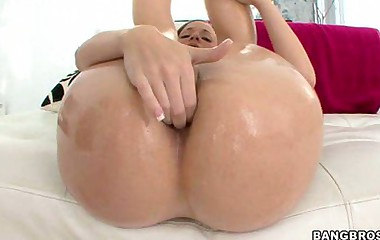 Jada Stevens has an giant ass. This chick has natural tits, a tight pussy and an onion fat booty that's absolutely flawless